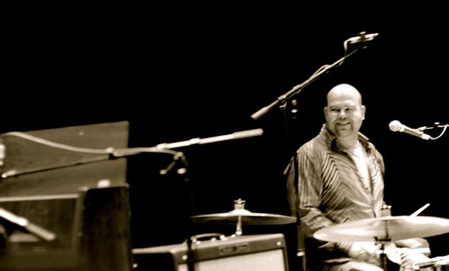 Erik achter de drums bij Door Het Vuur in Theater Kikker